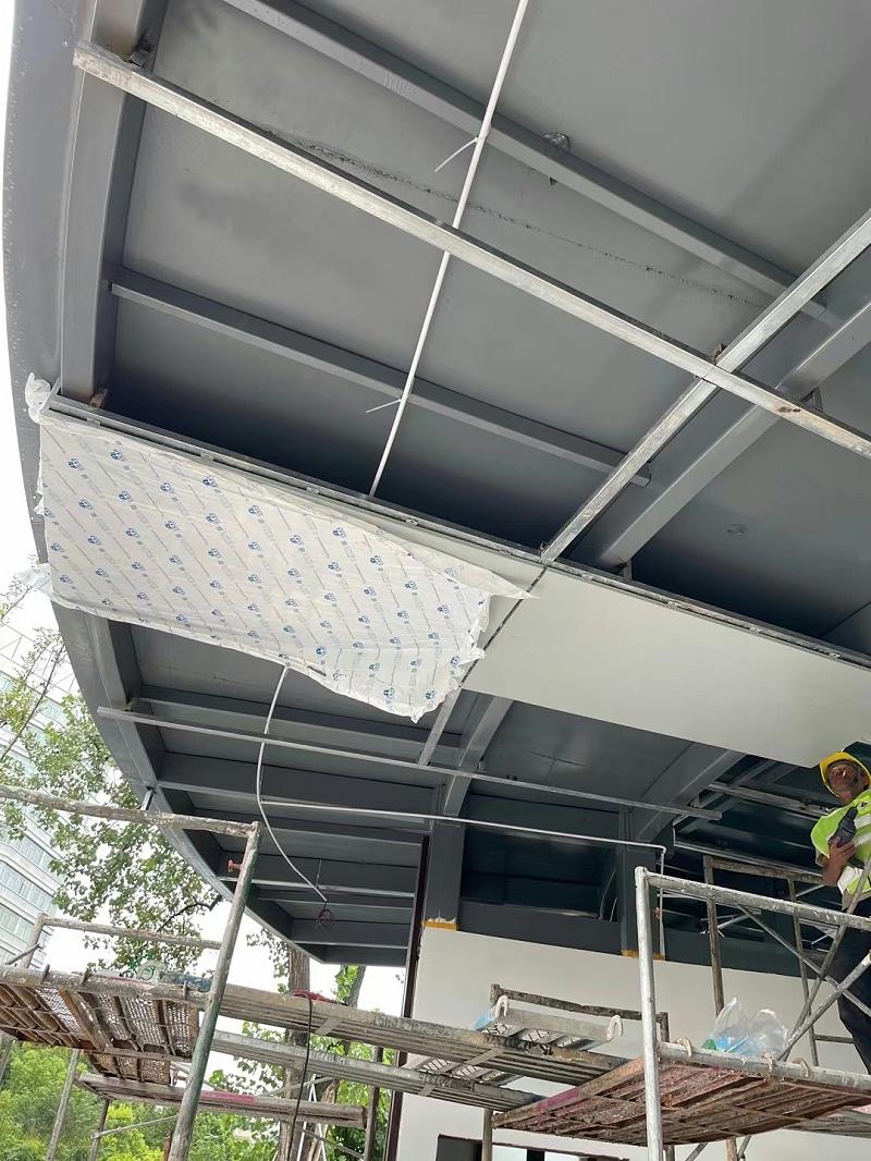 铝板安装现场